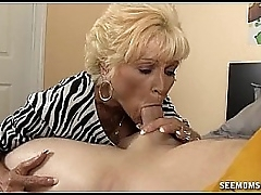 Naughty granny deepthroating and gagging on the wan dick