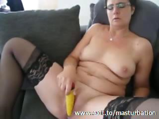 Kelly 51 years cums surrounding yellow dildo
