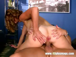 Mature divorcee fucks on top