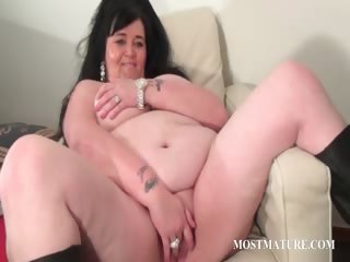 Mature tramp sucks coupled with rubs phallus