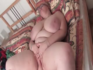 Mature BBW pulsing the brush horny cunt