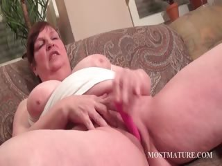 Big mature vibrating hungry pussy