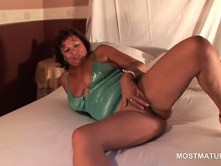 Pussy masturbation video with chap-fallen grown-up lady on heels
