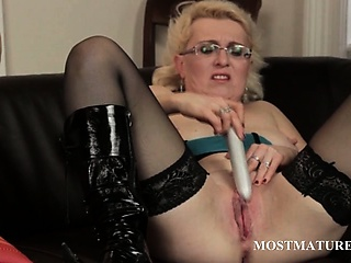 Mature in glasses palpitating her fat snatch