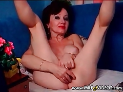 Granny  with wrinkled twat masturbating on webcam