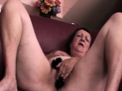 Mature hottie rubs pussy with sexy