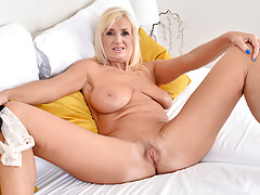 Blond older dame fumbling her pussy